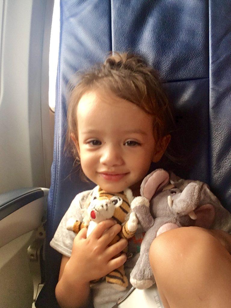 Sienna Little Explorer senang dengan boneka-bonekanya